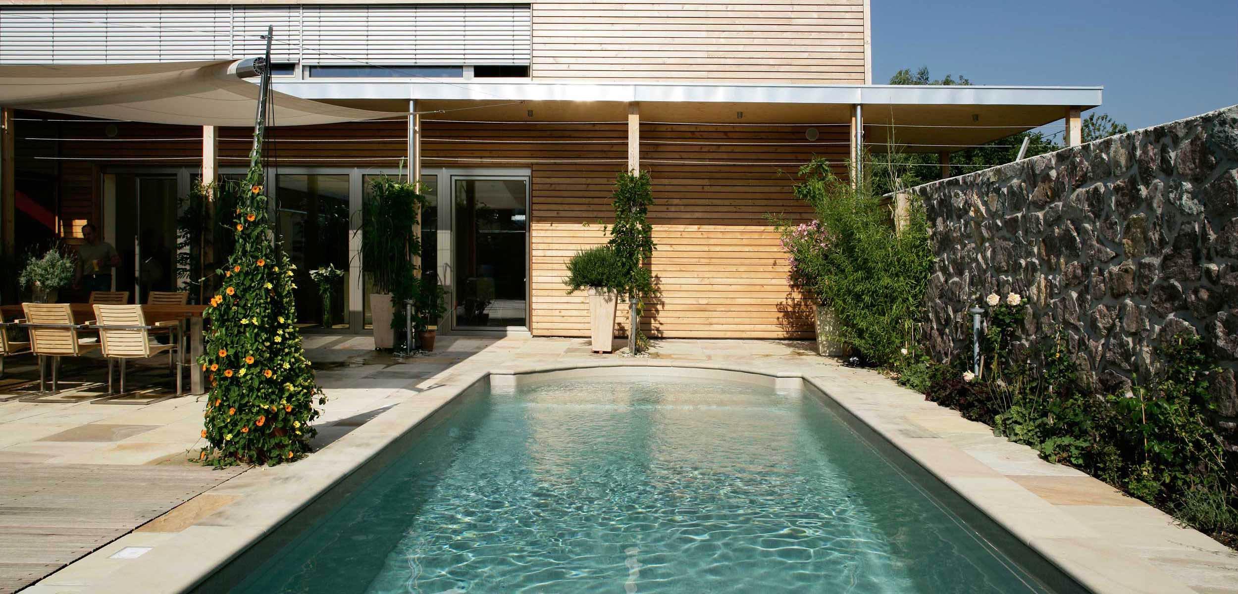 Swimming pool und schwimmteich waude gardens for Gartengestaltung um den pool